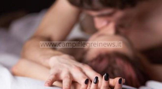Cumana fastidiosa quando la coppia fa l'amore, donna dal balcone chiede al macchinista di evitare il fischio del treno