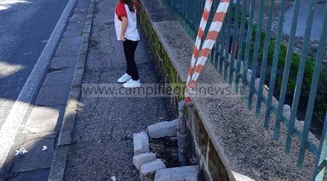 QUARTO/ Buca all'esterno della scuola Matteotti, il Comune non interviene: ci pensano i cittadini!