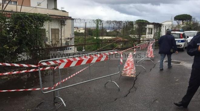 """BACOLI/ Vistosa crepa sull'asfalto, transennata strada a """"Pennata"""" a rischio frana - LE FOTO"""