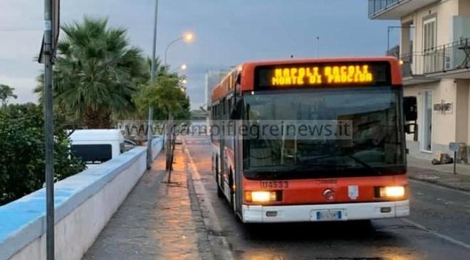 """BACOLI/ """"Pensiline, mappe e orari alle fermate dei bus: a Bacoli manca tutto"""", la segnalazione dei pendolari"""