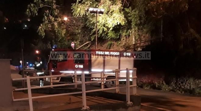 POZZUOLI/ Frana costone in via Vecchia delle Vigne e invade il Parco Cuma: tranciata condotta idrica