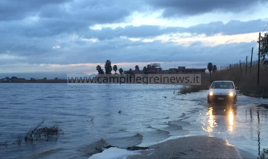 ULTIMORA/ Esonda il lago Patria, strade e terreni allagati - LE FOTO