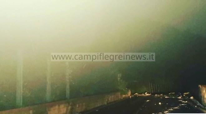 BAIA/ Frana costone in via Petronio, massi invadono la sede stradale