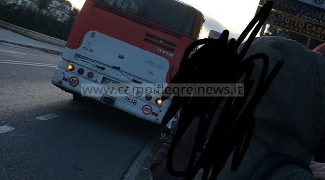 POZZUOLI/ Guasto ad un bus della Ctp, studenti costretti a scendere e ad aspettare quello successivo