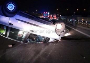 ULTIMORA/ Grave incidente sulla Domiziana, auto si ribalta: ferito trasportato in ospedale