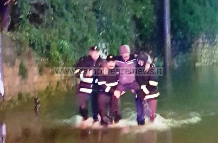 Due anziani intrappolati in auto dalla strada allagata salvati dalla polizia - LE FOTO