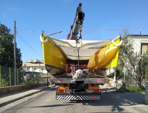 """BACOLI/ """"Trasporto pericoloso di un catamarano attraversa la città senza che nessuno lo sanzioni"""" - LE FOTO"""