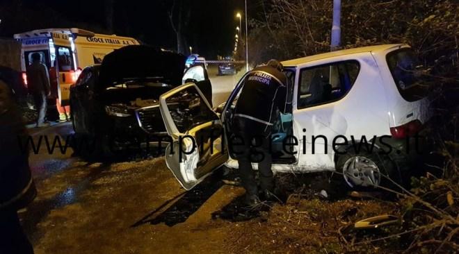 VARCATURO/ Spaventoso incidente frontale, ragazza estratta dalle lamiere dell'auto