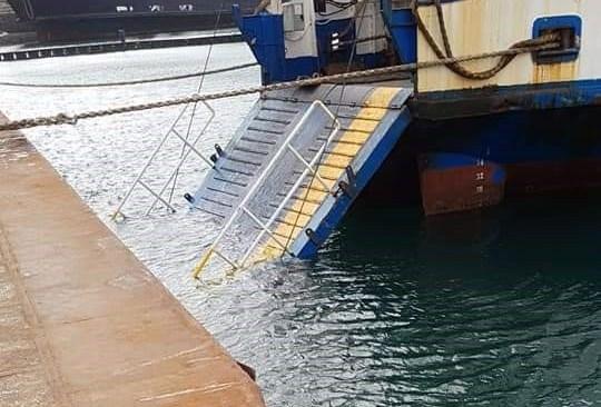 POZZUOLI/ Vento forte, il portellone di un traghetto finisce in mare nel week end