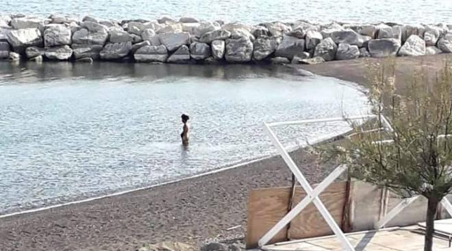 BACOLI/ Beccato dalla Finanza a nuotare a Miliscola: multa salata per un giovane bacolese