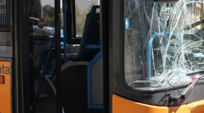 """MONTERUSCIELLO/ Cgil su sassaiola bus Ctp: """"Più controlli prima che ci scappi il morto"""""""