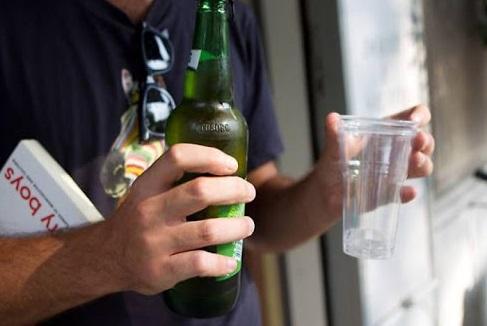 Bevande in vetro vietate nel fine settimana fino al 2021