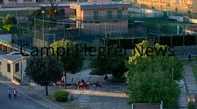 """Monterusciello, assembramenti in via Modigliani: """"Qui nessun controllo"""" - LE FOTO"""