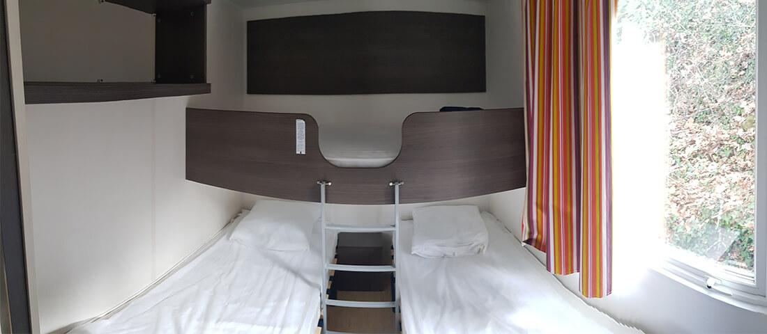 chambre_3_places_lit_simple_mobil_home_camping_les_cerisiers_pyrennées_orientales
