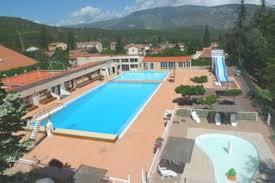 vue_exterieur_de_la_piscine_devernet_les_bains_a_300_metres_du_camping_les_cerisiers