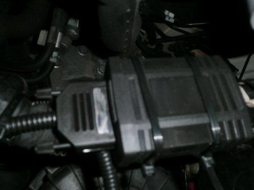 Chippen tilkoblet og festet i motoren.