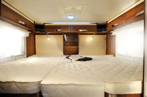 I soverommet har sengene som er plassert over garasjen et madrassemål på 87 x 197 cm. Det er overskap hele veien rund. Du finner også småtinghyller og klesskap i samme området.