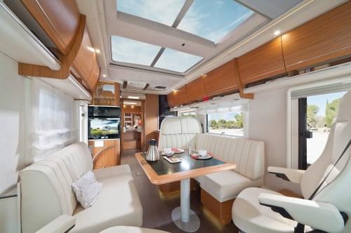 Bobilen har panoramavindu i taket som slipper inn naturlig og behagelig lys
