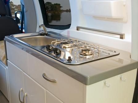 Kjøkkenet i bobilen med vask og kokebluss