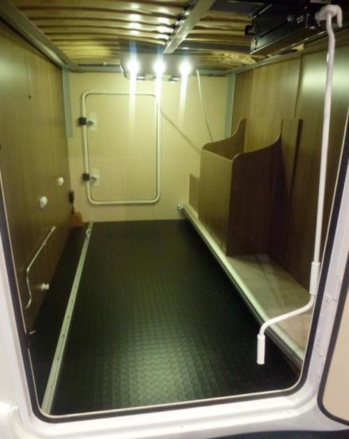 Garasjen i bobilen har god plass når dobbelsengen er i øverste posisjon.