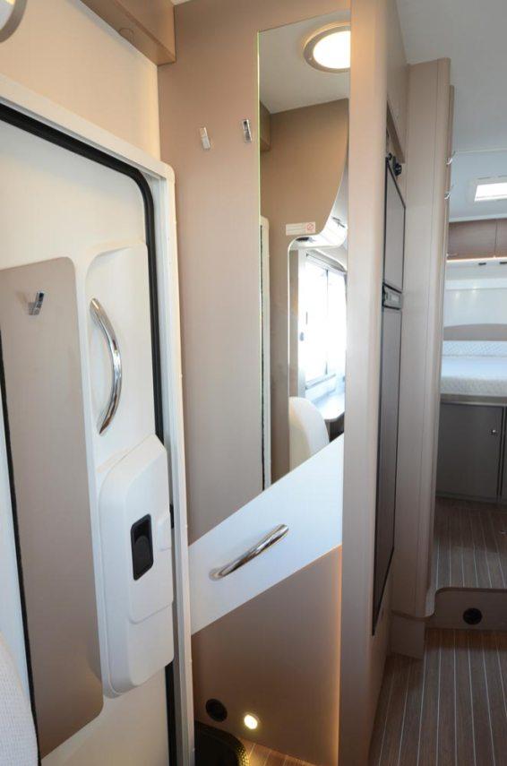 Deux patères à gauche du miroir, une autre sur la porte. Des détails qui facilitent le quotidien à bord.