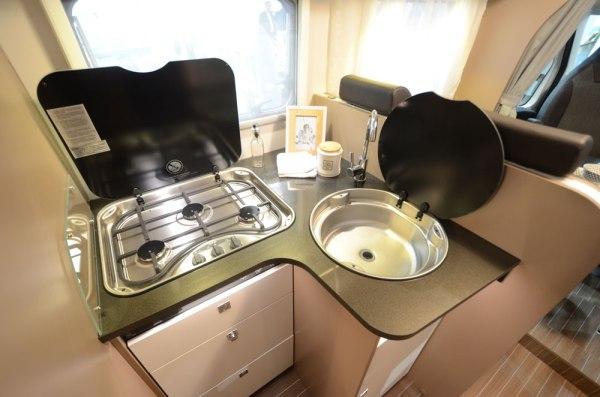Grille en fonte, évier inox et grands tiroirs avec fermeture soft-close, on prendra plaisir à cuisiner à bord du T7400QB.