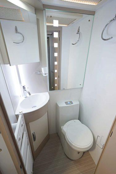 WC avec ventilation intégrée et filtre à charbon