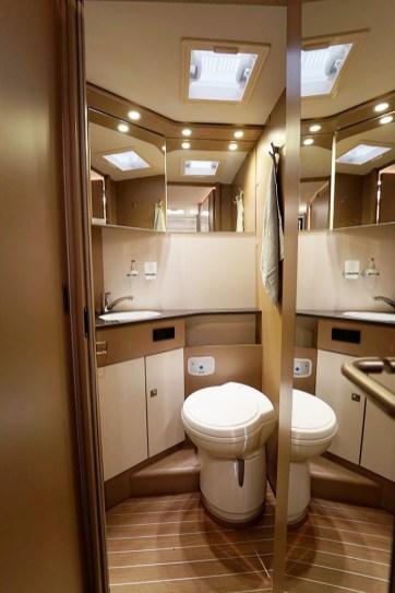 La porte du cabinet de toilette vient fermer le couloir côté cuisine. Côté chambre, une porte coulissante. Intimité 100 % préservée.