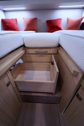 Un tiroir complète les rangements bas de la chambre.