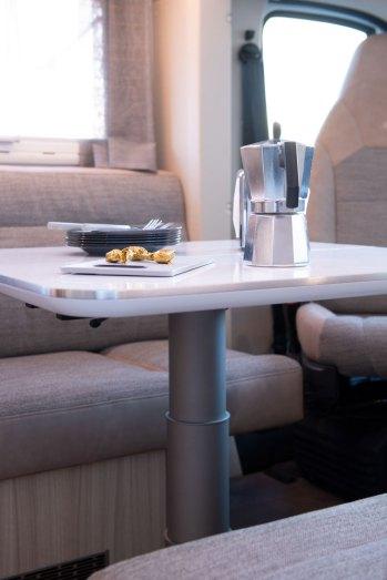 La table sur pied central télescopique peut être abaissée pour composer un troisième couchage.