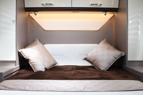 La nouvelle tête de lit matelassée reprend les mêmes surpiqûres que les banquettes du salon.