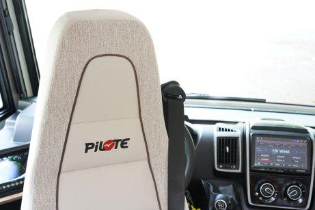 Pilote G 720 FC. En finition Sensation, on profite de sièges Aguti Lounge en cabine.