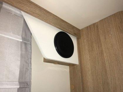 Zefiro Plus 267 TL. Les Zefiro Plus sont équipés de haut-parleurs dans la chambre, qui diffusent aussi le son vers l'extérieur.