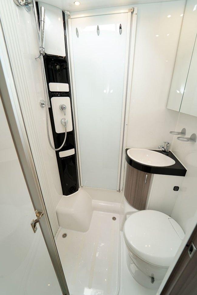 Le cabinet de toilette réunit douche, W.-C. et lavabo au sein d'un espace bien dimensionné.