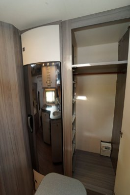 À droite du frigo, une haute et large penderie.