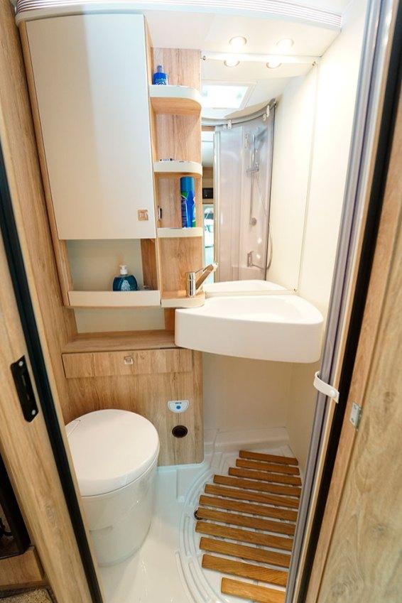 Lorsque l'on souhaite utiliser la douche, le lavabo pivote et vient trouver place au dessus du W.-C.