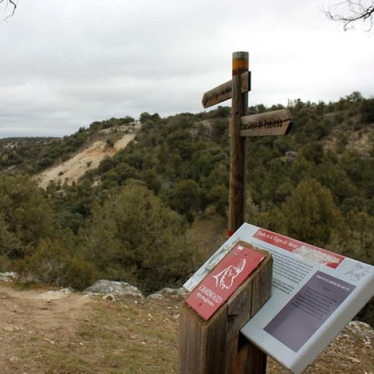 Señalización senderista del Camino del Cid en la ermita de la Virgen del  Monte, en Castilllejo de Robledo (Soria), donde tradicionalmente se  ubica el pasaje del Cantar de la Afrenta de Corpes.