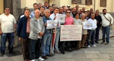 Trapani Protesta sul tetto per 8 lavoratori della Megaservice