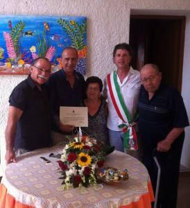consegna pergamena ai coniugi Caro 63esimo anniversario di matrimonio_foto
