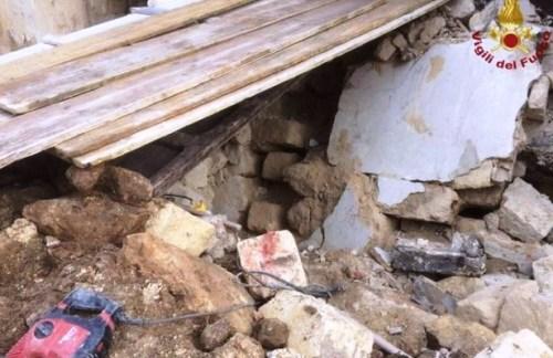 Crollo della parete esterna del cineteatro Olimpia: 2 feriti, nessuno in pericolo di vita – Le dichiarazioni del sindaco