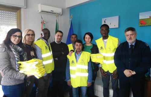 Petrosino, Consegnati i corpetti con bande catarifrangenti ai migranti delle comunità petrosilene