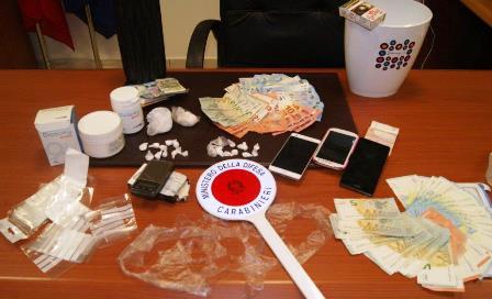 Nucleo familiare dedito allo spaccio: tre arresti