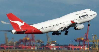 Passeggero ubriaco semina il panico su un aereo Qantas: arrestato dopo l'atterraggio d'emergenza