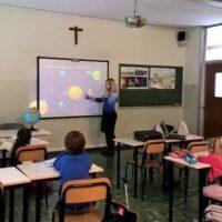 Alunno di sei anni picchia la maestra. I genitori restano a guardare