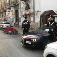 Scoperti mentre tentano di forzare porta di un appartamento, provano a confondersi tra i partecipanti ad una veglia funebre in corso nello stesso palazzo: 2 arresti