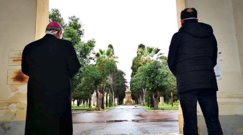 Coronavirus, decreto del Vescovo: Stop a funerali nelle chiese. Il Vescovo ed il Sindaco in preghiera al cimitero