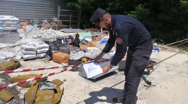 Rifiuti bruciati nel capannone abusivo: scatta il sequestro