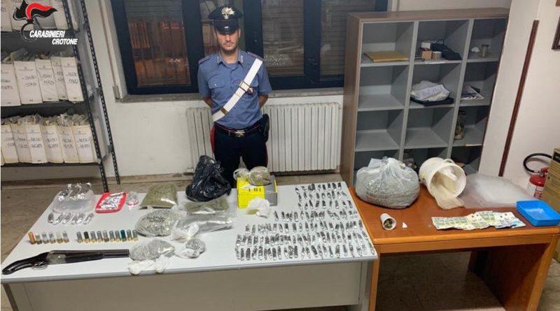 Isola di Capo Rizzuto (KR) – Sorpreso dai carabinieri con fucile a canne mozze e droga: arrestato.