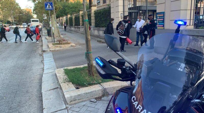 [Covid 19] Carabinieri intensificano controlli davanti agli istituti scolastici