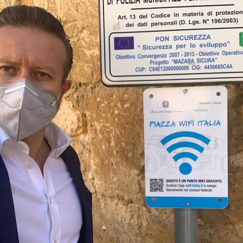 L'Assessore Vincenzo Giacalone dinanzi ad uno dei punti di attivazione del wifi